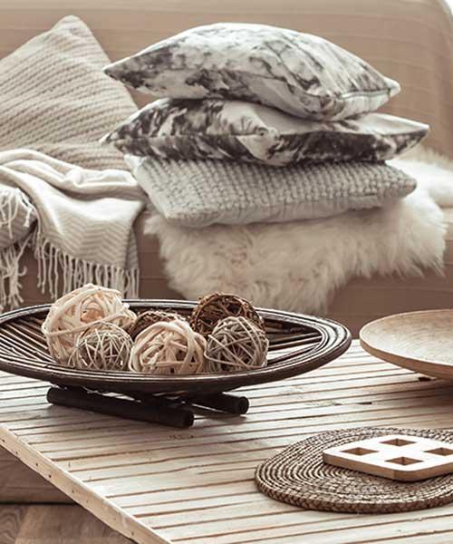 Разнообразие от цветове и качествени текстили за декоративни възглавници